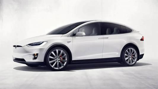 Смартфон и комплект от eBay отключват Tesla Model X