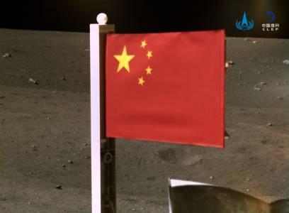 Китайският флаг вече стои гордо на Луната (ВИДЕО)