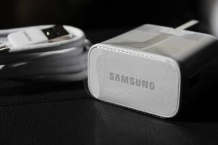 Samsung изтри подигравателен пост към Apple, защото вероятно също ще махне зарядното от комплекта