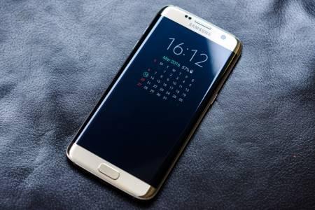 За пръв път от 9 години Samsung продаде под 300 млн. телефона за година
