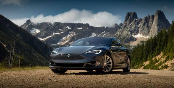 Когато клаксонът на Tesla изпръцка (ВИДЕО)