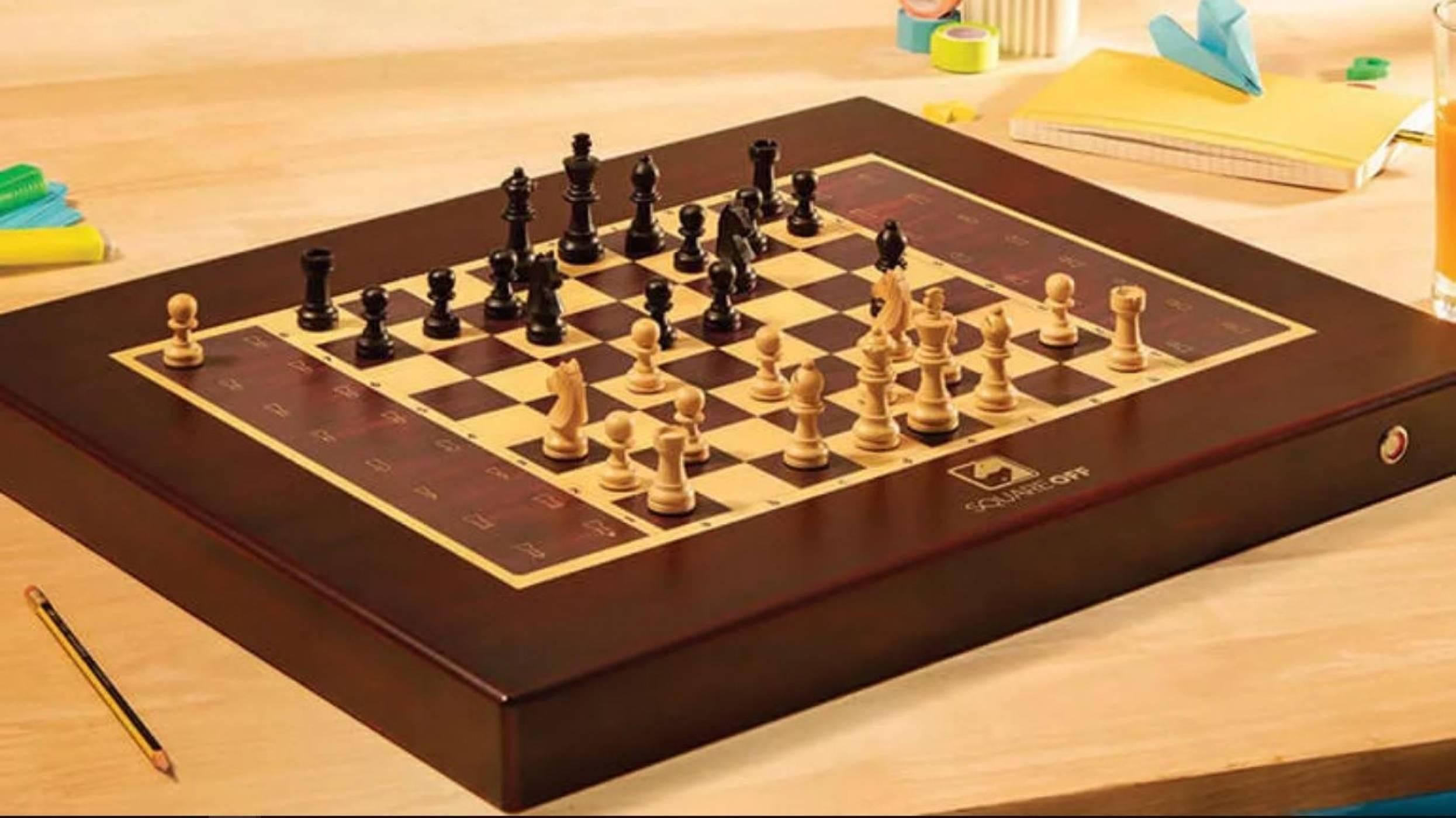 Готови ли сте за партия шах където и да сте? Тази иновативна дъска позволява да играете с приятели онлайн