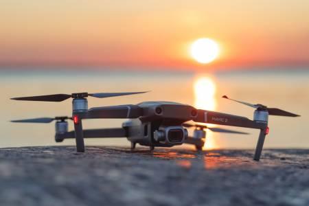 Лидерът при дроновете DJI поглежда към своя умна кола