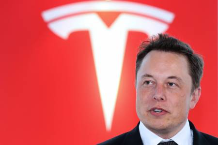 Tesla наема хора, които да се справят с коментарите под постовете на Илон Мъск