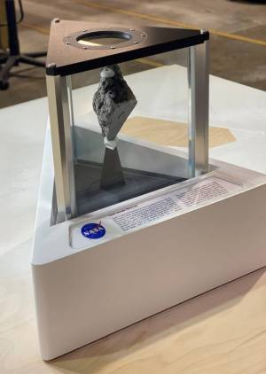 Парче лунна скала в кабинета на Байдън дава надежди за US амбициите в Космоса