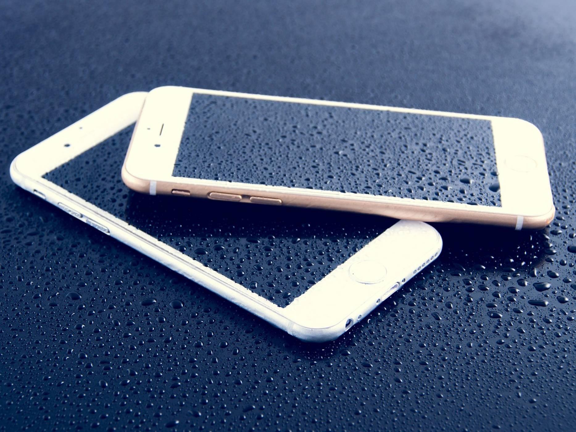 Ето как да спасим намокрен смартфон