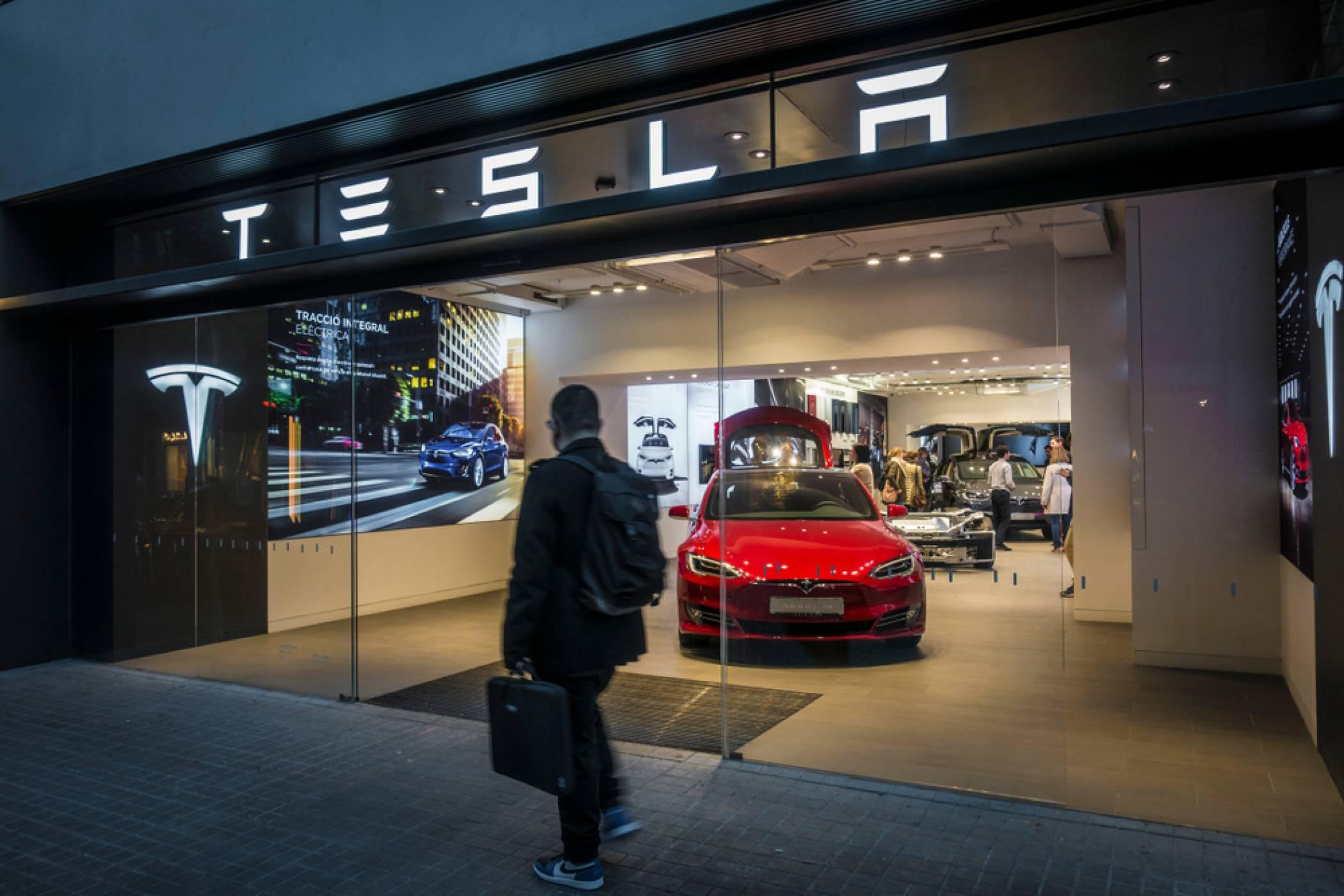 Tesla Model 3 е най-продаваната е-кола за 2020 г., и то с много