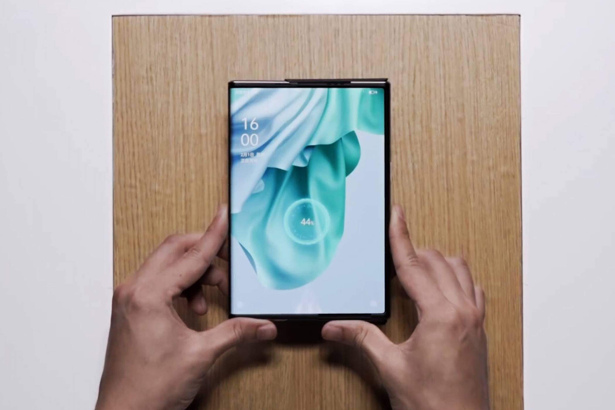Oppo демонстрира уникално зареждане по въздуха на гъвкавия си смартфон (ВИДЕО)