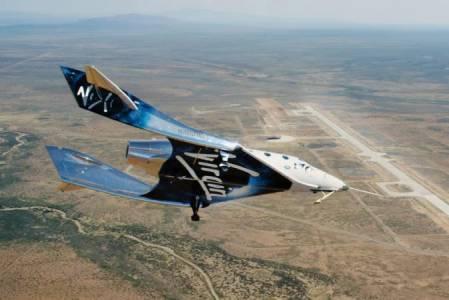 Космическите туристи на Virgin Galactic ще трябва да чакат поне още година