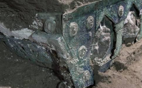 Археолози откриха уникална луксозна колесница близо доразкопкитев Помпей