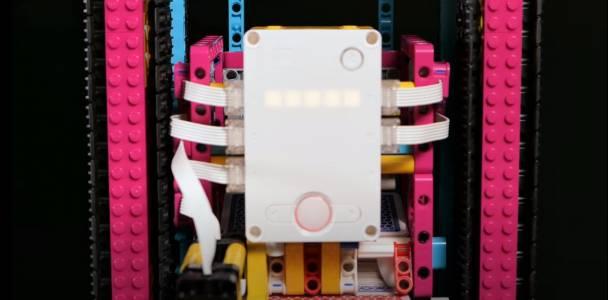 Успокойтенервите си с кула от карти, редена от  LEGO робот(ВИДЕО)