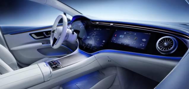 Огромният 55-инчов дисплей на Mercedes-Benz EQS е като прозорец към бъдещето
