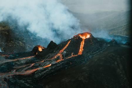 Вижте тези зашеметяващи кадри на изригващ вулкан(ВИДЕО)