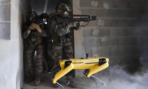 Робот на Boston Dynamics във военно учение с френската армия