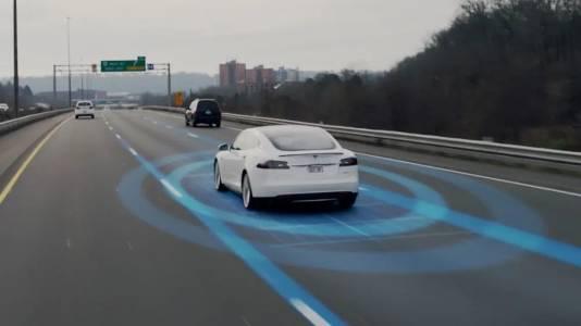 Двама загинаха с Tesla без човек зад волана. Какви са тъжните уроци?