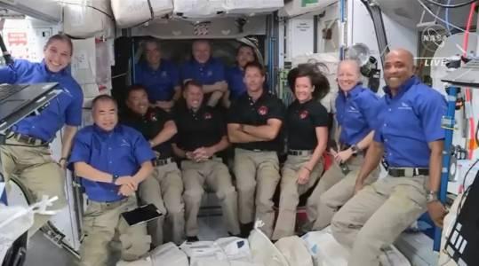 С 11 души на борда МКС отесня като космическа панелка