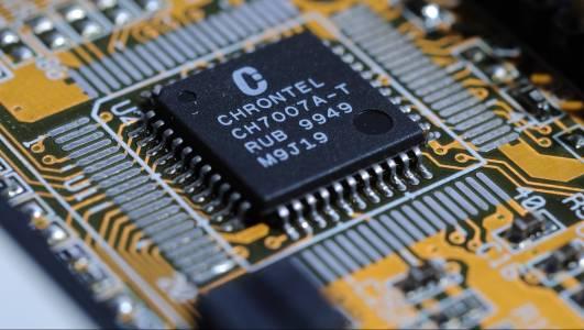 Проектираните от AI чипове задминават по производителност човешките