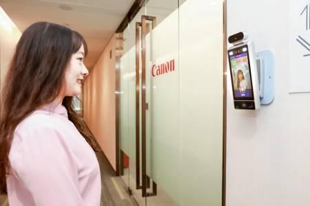 Камера с изкуствен интелект пуска само усмихнати служители в офис на Canon