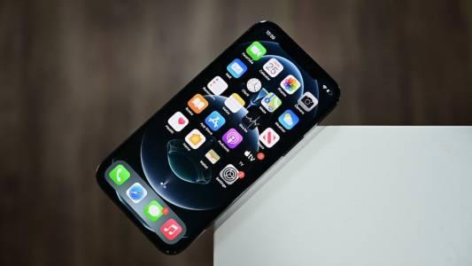 Нов закон може да забрани на Apple да зарежда предварително собствените си iOS приложения