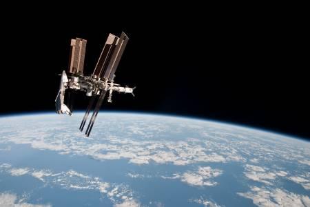 Хиляди с петиция Джеф Безос да остане завинаги в Космоса след пътуването с брат му