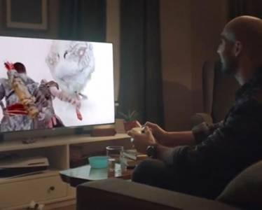 Sony спря комичната реклама с обърната наобратно PS5 конзола