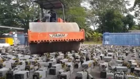 Унищожиха с валяк 1069 машини за добив на криптовалута (ВИДЕО)