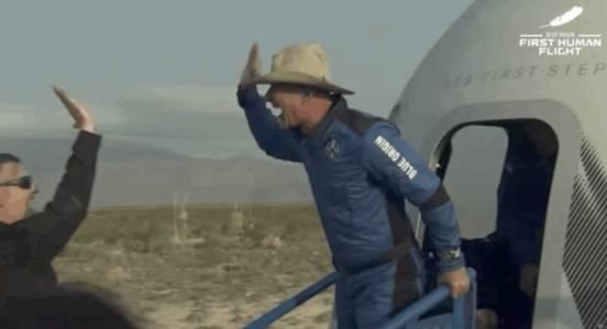 Джеф Безос успешно се разходи до Космоса и обратно, докато вие се бутате в метрото