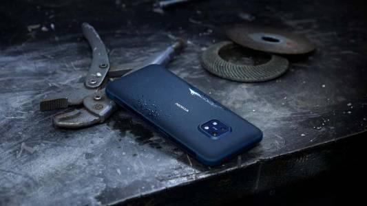 """""""Железният"""" XR20 на Nokia издържа дори подаваниятана Роберто Карлош и ЛизаЗимуш(ВИДЕО)"""
