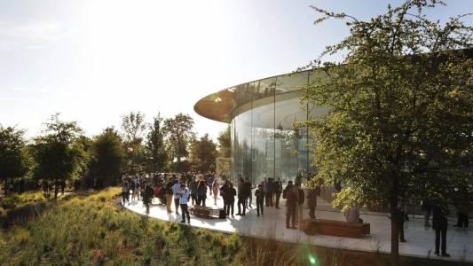 Apple препоръчва, но не задължава служителите си да се ваксинират