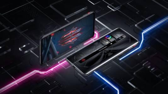 RedMagic 6S Pro има RGB вентилатор, който може да видите през прозрачния гръб