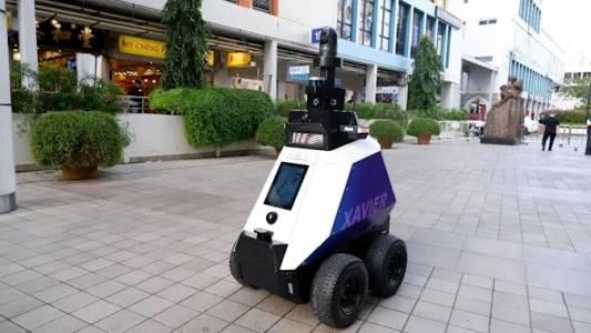 Роботи ще следят за COVID-19 мерките по улиците на Сингапур